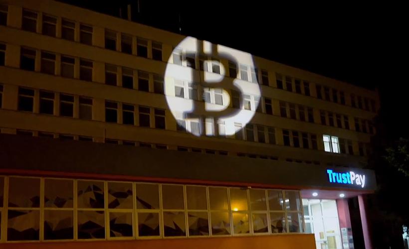 На здании Центробанка Словакии появилось гигантское лого биткоина