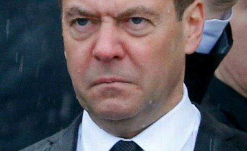 Медведев и правительство России уходят в отставку